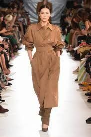 Max Mara Spring 2020 Ready-to-Wear Fashion Show - Vogue Look Fashion, Runway Fashion, Trendy Fashion, Spring Fashion, Womens Fashion, Cheap Fashion, Fashion Boots, Milan Fashion, Summer Vibe