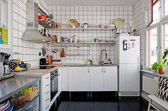 Une cuisine pratique, notez le parquet laqué noir !