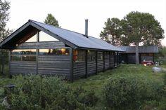 Designklassiker i supert langrennsterreng på Sangefjell mellom Geilo og Ål. Hyttetunet ligger 1000 moh og inneholder: Stue, spisestue, TV-stue, kjøkken, 3 (4 ) soverom, bad/ wc, badstu og smørebod. Store terrasser, badestamp og usjenert beliggenhet.