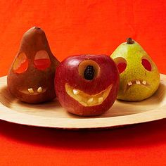 Jack-o-Fruits Halloween-snack: Kids will love to carve these creatures out of apples and pears -- and it's great practice for your pumpkin! #fruit #kinderen
