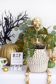 Gold Plant Lady Skeleton Let's embrace those green indoor house plants all year round! Learn how to make a Gold Plant Lady Skeleton to set out on display in your home or at your front porch this Halloween and fall season! Delineate Your Dwelling Chic Halloween Decor, Halloween Candy Bar, Halloween Mantel, Spooky Halloween Decorations, Halloween Table, Halloween House, Halloween Crafts, Dollar Store Halloween, Fall Decor
