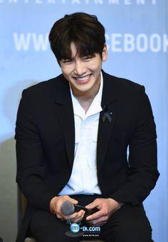 FM Press Con BKK ❤❤ 지 창 욱 Ji Chang Wook ♡♡ that handsome and sexy look . Ji Chang Wook 2017, Ji Chang Wook Smile, Ji Chang Wook Healer, Ji Chan Wook, Korean Star, Korean Men, Asian Actors, Korean Actors, Korean Dramas