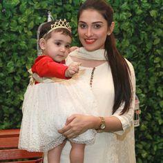 Aiza khan with daughter