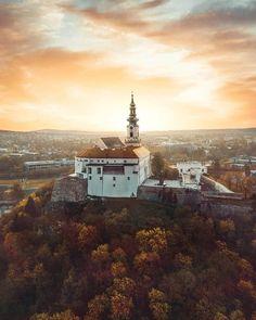 Nitriansky hrad je zachovalý hradný komplex v Nitre. Nachádza sa na hradnom vrchu v centre mesta vo výške 220 m n. m. a vytvára výraznú dominantu mesta pod južnými výbežkami pohoria Tribeč. Pôvodne zaberal celú oblasť hradného kopca aj horného mesta asi osem a pol hektára. Dominantou hradného areálu je Katedrála svätého Emeráma biskupský palác a mohutné opevnenie s vystupujúcimi bastiónmi.  #praveslovenske od  @jakub_travels Paris Skyline, Travel, Instagram, Viajes, Destinations, Traveling, Trips