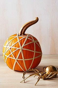Sick of Halloween Carving Kits? Get Inspired by These Creative Painted Pumpkin Ideas Easy Painted Pumpkins Ideas – No Carve Halloween Pumpkin Painting & Decorating Ideas Halloween Pumpkin Designs, Fete Halloween, Easy Halloween, Halloween Pumpkins, Disney Halloween, Halloween 2020, Halloween Decorations, Fall Decorations, Halloween Costumes