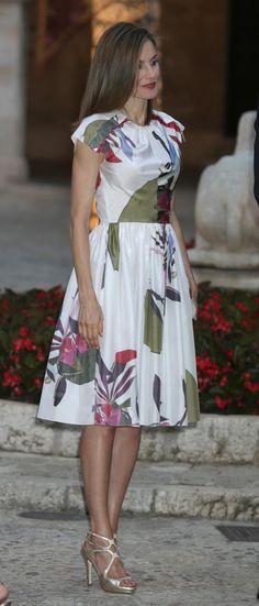 La Reina eligió un vestido del diseñador Juan Vidal, firma nueva en su armario. Es de la colección de primavera-verano. Muy bonito, muy sencillo. 07.08.2016