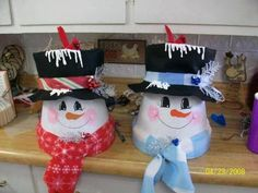Pretty homemade Christmas decorations with clay pots - Creatistic Clay Flower Pots, Flower Pot Crafts, Painted Flower Pots, Clay Pot Crafts, Diy Crafts, Clay Pots, Shell Crafts, Snowman Decorations, Snowman Crafts