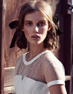 Leçon de style d'une cowgirl chic. © Nicolas Moore for Elle France 10th January 2014  | The Kooples Satin Top | Mokuba Ribbons