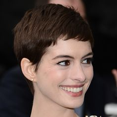This Week's Top 5 Celebrity Beauty Looks Anne Hathaway has been rocking her new pixie cut with class Anne Hathaway Haircut, Short Hair Cuts, Short Hair Styles, Imogen Poots, Celebrity Beauty, Pixie Cut, Popsugar, Photo Galleries, Kpop