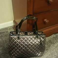 Nine West Handbag Never used, Nine West, quilted handbag. Metallic and blk. Measures 14in wide, 9 1/2 in tall. Perfect condition. Zippers in perfect condition. Nine West Bags Totes
