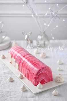 Chocolate / raspberry log with bi-color frosting - Amuse bouche - Trend Christmas Cake 2019 Fancy Desserts, Fancy Cakes, No Bake Desserts, Blueberry Torte, Raspberry Torte, Xmas Food, Christmas Desserts, Easy Cake Recipes, Sweet Recipes