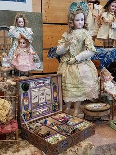 Lovely large Portrait Jumeau fashion doll on wood body Victorian Dollhouse, Dollhouse Dolls, Antique Dolls, Vintage Dolls, Porcelain Dolls Value, Doll Display, Bisque Doll, New Dolls, Victorian Christmas