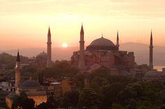 SANTA SOFÍA Y LAS MEZQUITAS DE ESTAMBUL  Sultana donde las haya, Estambul no será la capital turca, pero sin duda es la gran joya de Turquía, amén de la única ciudad del planeta aposentada sobre dos continentes. Sus bellezas es esparcen a una y otra orilla del Bósforo y el Cuerno de Oro, y entre su horizonte, jalonado de alminares, brillan con luz propia Santa Sofía y sus mezquitas más elegantes de Süleymaniye, Nuruosmaniye, Eyüp…