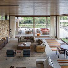 Tapetes listrados em sala de estar ampla