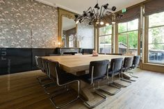 The interior of the meeting room is a combination of classic and modern. Design: DenkRuim interieurconcepten.