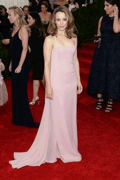 Rachel McAdams- Eligió un vestido color palo de rosa de Ralph Lauren y zapatos del mismo diseñador. MET Gala 2014