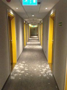 Bilderesultat for hotel corridor modern - couloir 2019 Hotel Corridor, Hotel Hallway, Colour Architecture, Architecture Panel, Commercial Design, Commercial Interiors, Brick Roof, Flur Design, Hotel Carpet