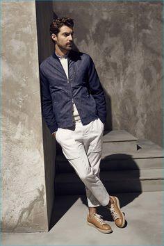 Acheter la tenue sur Lookastic: https://lookastic.fr/mode-homme/tenues/blouson-aviateur-pull-a-col-rond-chemise-a-manches-longues/20573 — Chemise à manches longues bleue claire — Pull à col rond beige — Blouson aviateur bleu marine — Pantalon cargo blanc — Baskets basses brunes claires
