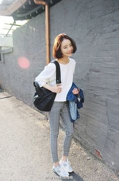 Plain tshirt with patterned pants