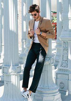 ベージュジャケット×白Tシャツ×白スニーカー