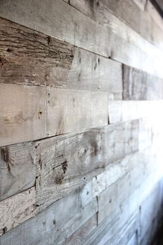 .pared forrada con tablones de pallets