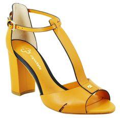 Fashion Bags, Fashion Shoes, Womens Fashion, Shoes Heels, Pumps, Comfy Shoes, Dream Shoes, Beautiful Shoes, Chunky Heels