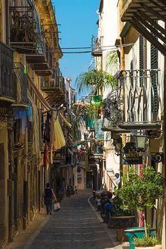 Cefalù - Blick in eine der wunderschönen Altstadtgassen - der ideale Urlaubsort für alle, die Strand, Berge und das sizilianische Flair einer mittelalterlichen Stadt erleben möchten: http://www.trip-tipp.com/sizilien/ausfluege-stadt/cefalu.htm #sizilien #sicily #sicilia #cefalù #cefalu