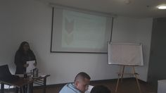 Ponente realizando la explicación del tema visto, asi como distintos ejemplos del mismo.