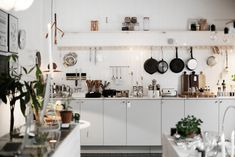 Astuces pour optimiser du rangement de cuisine Small Space Kitchen, Kitchen Time, Kitchen Dinning, Kitchen Decor, Kitchen Design, Kitchen Interior, Interior Design Living Room, Handleless Kitchen, Mid Century Modern Kitchen