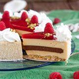 Buongiorno!!!  Un esplosione di bontà e di freschezza questa torta Caraibi di Luca Montersino  Un mix irresistibile di sapori al gusto di pistacchio, cocco, lamponi e cioccolato  Ricetta sul blog www.lacuocadentro.com  Link diretto in bio @assuntapecorelli