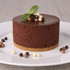 Enjoy a delicious dessert perfect for any occasion. Beaux Desserts, Köstliche Desserts, Gluten Free Desserts, Food Cakes, Chocolates, Homemade Pastries, Chocolate Mousse Cake, Tarta Chocolate, Healthy Chocolate