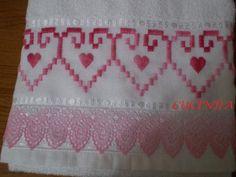 Toalha de banho bordada em ponto reto e aplicação de renda Gripir Bargello, Hand Embroidery, Cross Stitch Patterns, Diy And Crafts, Patches, Towel, Lily, Handmade, Heart