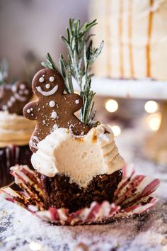Gingerbread Cake with Caramel Cream Cheese Buttercream. Half Baked Harvest, Gingerbread Layer Cake {with Brown Sugar Bourbon Frosting} Su. Gingerbread Cupcakes, Christmas Cupcakes, Christmas Desserts, Christmas Treats, Easter Cupcakes, Flower Cupcakes, Ladybug Cupcakes, Kitty Cupcakes, Rose Cupcake
