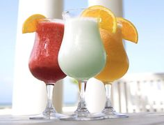 Whether you are planning a poolside party or you're simply yearning for the days of summer, you may wish to learn a few basic blender drink recipes. Fruit and liquor, plus a few mixers, can make for a variety of tasty, refreshing drinks. Frozen Strawberry Daiquiri, Peach Daiquiri, Daiquiri Cocktail, Vodka Drinks, Frozen Drinks, Fun Drinks, Alcoholic Drinks, Cocktails, Summer Beverages