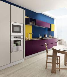 Cozinha branca, mas com módulos na cor vinho, paredes em petróleo e toques de amarelo. Moderno.