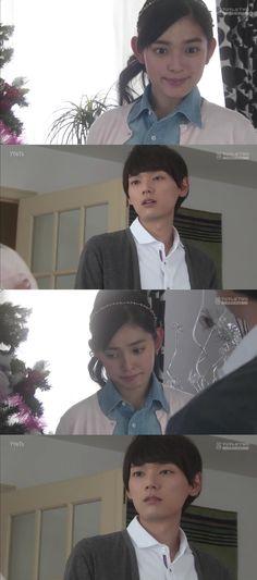 """Naoki llega a buscar su traje para asistir a la fiesta. Kotoko: """"Me gustaría ir"""". Naoki: """"Pero no puedes, verdad? He oído que vas a pasar la noche con tus amigas""""- ella comienza a divariar- """"Es una lástima. Hubiera sido tan divertido si estuvieras allí"""". Sra. Irie: """"Convéncela de que venga"""". Naoki: """"No hay nada que pueda hacer. Ellas ya han hecho planes"""". Sra. Irie: """"Pero no se puede confiar en las amigas"""". Naoki: """"Su amistad es especial. Cierto, Kotoko?"""" - Itazura na Kiss Love in Tokyo Ep…"""