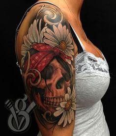 tatouage manchette feminin paquerettes et tete de mort - Tatouage femme