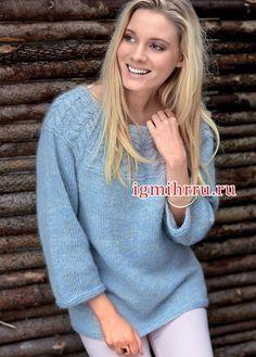Голубой пушистый пуловер с кокеткой из «кос». Вязание спицами