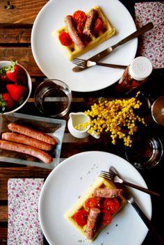 CHEZ SILVIA: Gofres con salchichas y tomates confitados. Desayuno! Breakfast, Ethnic Recipes, Food, Waffles, Sausages, Healthy Breakfasts, Tomatoes, Morning Coffee, Essen