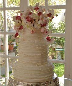 """Está buscando inspiração para decidir como será seu bolo de casamento? """"Assaltei"""" o instagram dos principais confeiteiros do Brasil para trazer uma amostra inspiradora de bolos que estão dando o que falar em 2016. Já deu para perceber que as flores – naturais ou esculpidas com açúcar (sim!!!) – como decoração estão com tudo"""