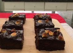 Tus invitados no se imaginarán que estos chocolatosos brownies llevan frijol y aguacate -- a menos que tú se lo digas. Deliciosos y sin gluten. Receta fácil.