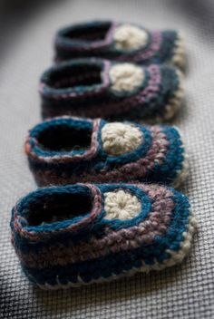 Free rochet pattern by Baby and Wool: crocheted baby mocs (3-6 months)