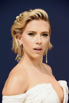 Scarlett Johansson attends the Annual Emmy Awards on Monday, September 2018 Hollywood Celebrities, Hollywood Actresses, Actrices Hollywood, Hollywood Walk Of Fame, Jessica Biel, Beautiful Actresses, American Actress, Charlize Theron, Short Hair Styles