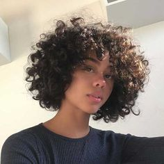 To have beautiful curls in good shape, your hair must be well hydrated to keep all their punch. You want to know the implacable theorem and the secret of the gods: Naturally curly hair is necessarily very well hydrated. Curly Hair Styles, Natural Hair Styles, Bob On Natural Hair, All Hairstyles, Wavy Haircuts, Female Hairstyles, Everyday Hairstyles, Pelo Afro, Natural Curls