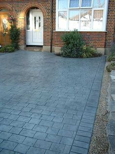 House front inspiration Ideen Haus Front Auffahrt Stamped Beton A theme can go a long way towards ma Front Garden Ideas Driveway, Modern Driveway, Driveway Design, Driveway Landscaping, Landscaping Ideas, Pergola Ideas, Diy Driveway, Driveway Entrance, Circular Driveway