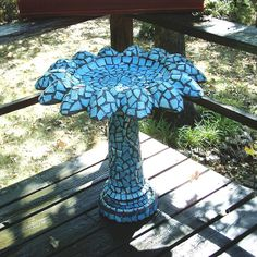 Ideas For Concrete Bird Bath Makeover Stained Glass Mosaic Diy, Mosaic Crafts, Mosaic Projects, Mosaic Glass, Stained Glass, Glass Art, Mosaic Birdbath, Mosaic Garden, Concrete Bird Bath