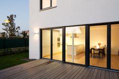 Haus W. - Gartenansicht mit Blick in die offene Küche - stkn architekten