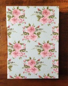 Caderno com Costura Longstitch e capa de tecido em algodão floral. Uma capa romântica e delicada. O amarelo foi escolhido para enfeitar a parte da lombada aparente do caderno, criando uma harmonização com as rosas.