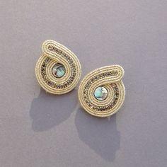 Złote runo - mini sztyfty z muszlą Paua - BlueButterfly-bizu - Kolczyki wkrętki Butterfly Jewelry, Blue Butterfly, Shibori, Passementerie, Soutache Jewelry, Mini, Jewerly, Beading, Gemstone Rings