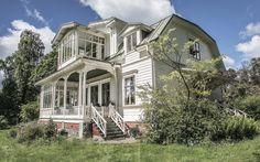 Villa Solbacken uppfördes 1880 av den norskfödde träpatronen Carsten Jacobsen. Mycket av originalinredningen inklusive möbler är fortfarande 2015 helt intakt. Villan tillhör ett av de bäst bevarade sommarnöjena i Sverige. Bild: Svanthe Harström
